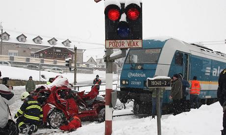 Železniční přejezd v Hradci u Stoda, kde se ráno źa sněhové vánice srazil mezinárodní expres s osobním autem