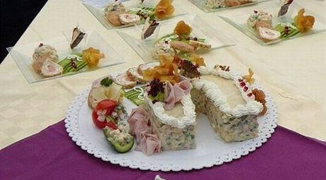 Nazdobená porce salátu