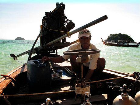 Kapitán potápěčské lodi tankuje