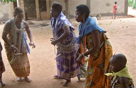 Čekatelky posedlosti. Když tyto ženy projdou školením, tak je bude moci při slavnostech posednout bůh.