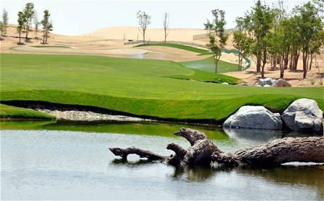 Rozestavěné golfové hřiště v Dubaji podle designu Tigera Woodse.