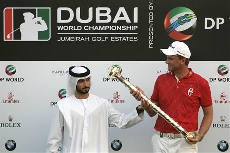 Robert Karlsson - král Dubaje se svým žezlem.