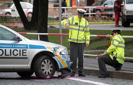 Dopravní policisté vyšetřují nehodu svých kolegů na náměstí Míru