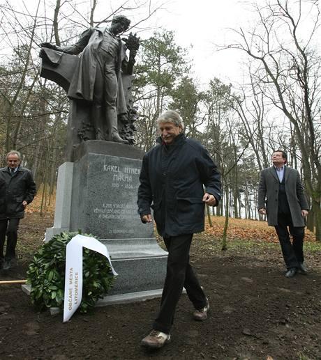 Ministr obrany Alexandr Vondra vzhlíží k básníkovi