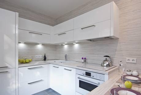 Kuchyně působí velmi čistým a nadčasovým dojmem