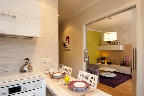 Průhled do obývacího pokoje, kam možná přibude časem velký jídelní stůl
