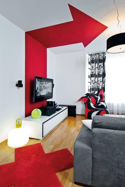 Designérka SIBEL RHEA AKYOLOVÁ vytvořila v obývacím pokoji výraznou šipku a opticky tím vymezila jednotlivé části místnosti