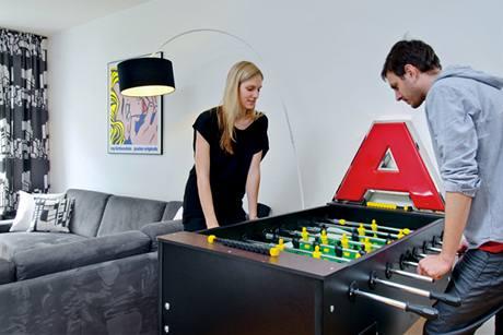 """Milan si rád hraje. Písmeno """"A"""", které dosloužilo ve studiu KARE, použila designérka jako dekoraci"""