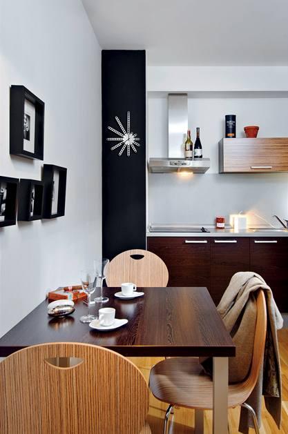 Kuchyň s jídelnou oživil design předmětů ze studia POPOUT – sklenice, slánka s pepřenkou, hodiny... Fotografie majitel adjustoval do rámečků z IKEA.