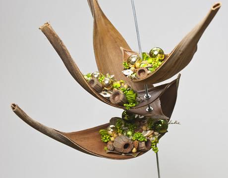 Přírodní materiál doplněný o zlaté ozdoby působí na kovovém stojanu velmi křehce ai elegantně