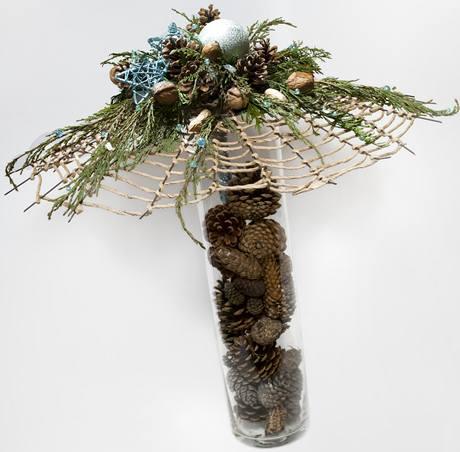 Základ vánoční dekorace tvoří pár drátků, papírový provázek, šišky a  jednoduchá skleněná váza