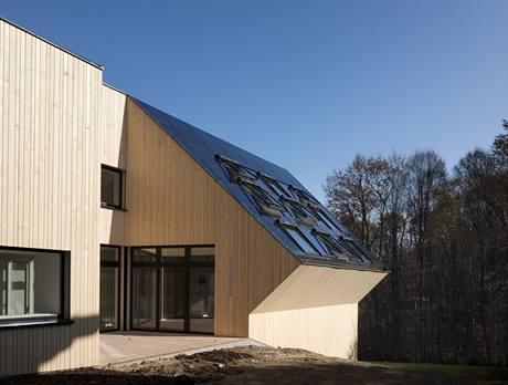 Střecha Slunečního domu je pokrytá fotovoltaickými panely a solárními kolektory, mezi nimiž jsou nainstalována střešní okna Velux