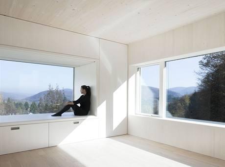 Dům dokonale využívá polohy ve svahu a nabízí neuvěřitelný výhled do krajiny a jezero Wienerwaldsee