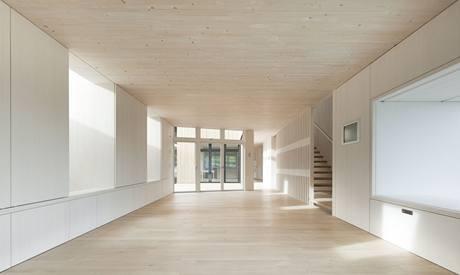 V horkém létě je možné okna zastínit venkovními markýzami, které zabraňují přehřívání interiéru