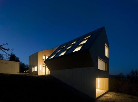 Architektonicky zajímavá stavba aktivního Slunečního domu zapadá do okolní krajiny