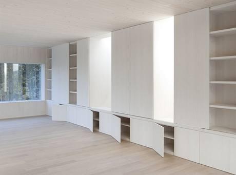 Architekti vyřešili nejen vzhled stavby, ale také úložné prostory v interiéru