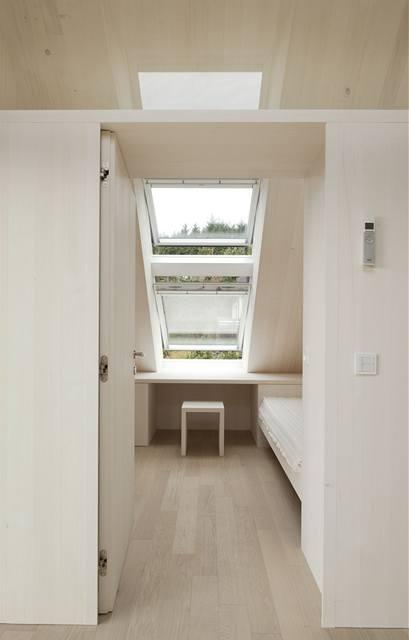 Okna mají zcela zatemňující rolety i venkovní markýzy na solární pohon