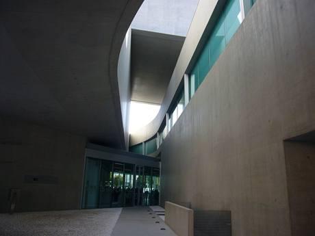 Stavba ohromuje svou monstrózností umocněnou tězkým betonem