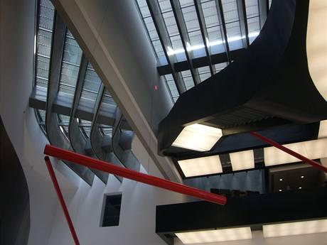 Interiéru dominují  černá ocelová schodiště a přemostění, jejichž strany jsou rafinovaně podvíceny