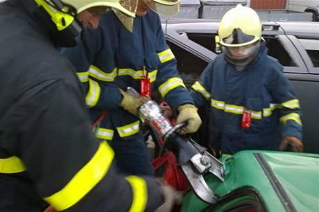 Dobrovolní hasiči trénují zásah u dopravní nehody.