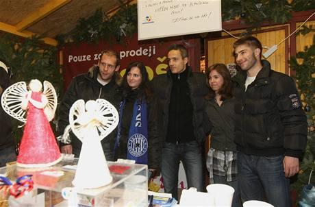 Fotbalisté olomoucké Sigmy prodávají jako dobrovolníci při dobročinné akci ve stánku Dobré místo na zemi. Výtěžek z prodeje vánočních výrobků je věnován na podporu neziskových organizací.