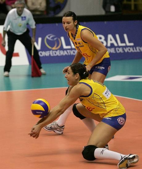 Tatiana Artmenková z Prostějova vybírá míč, sleduje ji spoluhráčka  Tina Lipicerová-Samecová