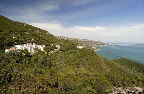 Strmé útesy přírodního parku Arrábida