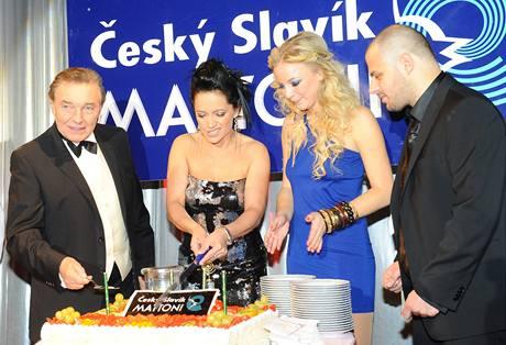 Vítězové hlavních kategorií slavnostně krájí dort