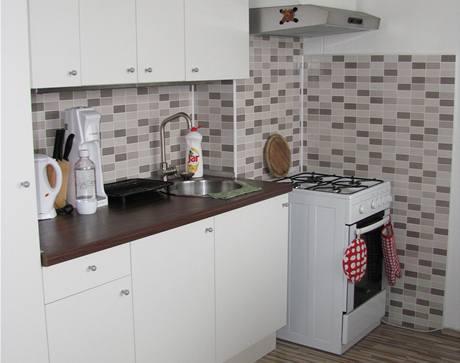 Kuchyňská linka je z IKEA, digestoř má pouze uhlíkový filtr, společný odtah je v domě nefunkční