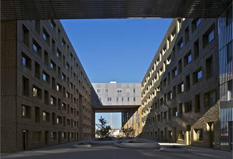 Bytové jednotky jsou umístěny na klidnější severní straně a v přemostění nad vstupní branou vnitrobloku