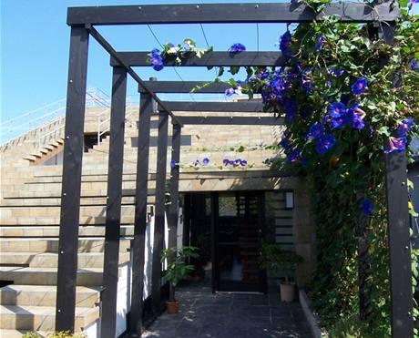 Pohled do zádveří domu od vstupní pergoly