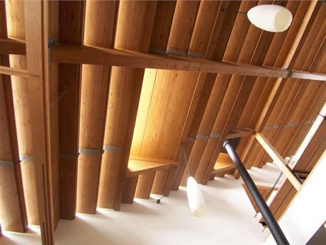 Pohled na strop v hlavním obytném prostoru domu. Dřevěné obložení zútulňuje a zjemňuje množství hran