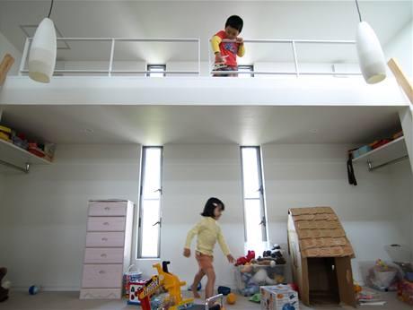 Schody nechybí ani v dětském pokoji. Slouží jako přístup do spacího patra