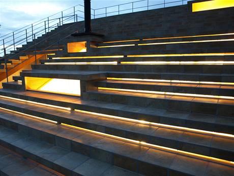 V noci slouží prosklené podschodnice jako velmi efektní osvětlení venkovního schodiště