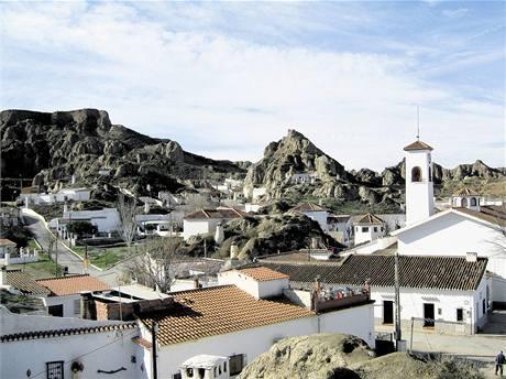 Na okraji Guadixu jsou v kopcích desítky obydlených jeskyní