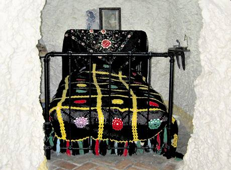 Takto se nocuje v jedn� ze sacromontsk�ch jeskyn�