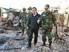 Jihokorejsk� ministr obrany Kim Te-jong na n�v�t�v� ostrova Jonpchjong. (25. listopadu 2010)