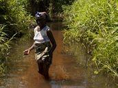 Hannah Baageová jde ropou zamořeným potokem v deltě Nigeru (10. června 2010)