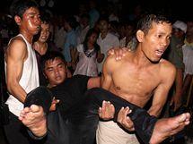 Zřejmě přes 180 lidí zemřelo v tlačenici v Kambodži během oslav konce dešťů. (22. listopadu 2010)