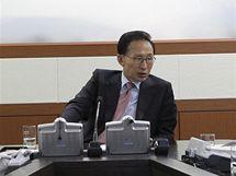 Jihokorejský prezident I Mjong-bak (uprostřed) během bezpečnostní schůzky (23. listopadu 2010)
