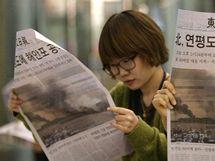 Korejky si čtou noviny se zprávou o ostřelování ostrova Jonpchjong KLDR (23. listopadu)