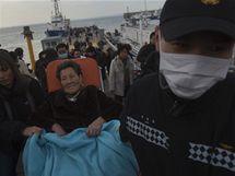 Obyvatelé ostrova Jonpchjong jsou evakuováni po severokorejském ostřelování (23. listopadu 2010)