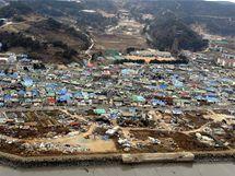 Den poté. Vesnice na ostrově Jonpchjong, kterou zasáhly severokorejske granáty (23. listopadu 2010)