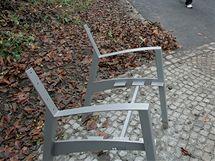 Měsíc po otevření zrekonstruovaných Městských sadů v Ústí nad Labem jsou některé z laviček zničené.