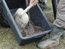 Agrisorb si připravíme ve kbelíku, obalíme jím kořeny