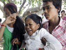 Pozůstalí oplakávají své blízké, kteří zemřeli při oslavách v Kambodži (24. listopadu 2010)