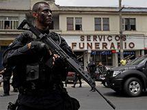 Brazilský policista hlídkuje poblíž pohřebního ústavu v brazilském Riu de Janeiru