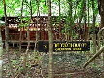 Budovy opuštěné věznice na Ko Tarutao pomalu zarůstají v džungli