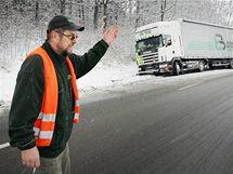 Kamion s 24tunovým nákladem uvízl u Obory u Netolic a zablokoval pravý jízdní pruh. (29. listopadu 2010)