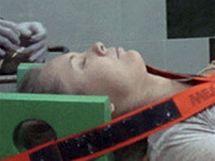 Turistka z havarovaného autobusu po převozu do nemocnice v Hurghadě (20. listopadu 2010)